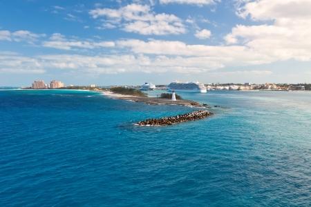 Vue panoramique de Nassau, Bahamas - le port de croisière et Paradise Island Banque d'images - 18997468