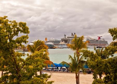 increasingly: Philipsburg, St. Maarten - 16 gennaio 2013: Diverse navi da crociera ancorate nel porto di Philipsburg, St. Maarten. Philipsburg � diventato un porto pi� grande negli ultimi anni, in grado di ospitare sei navi al giorno e diventando sempre pi� popolare che Othe