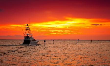 bateau de peche: Grand bateau de p�che de sortir pour une croisi�re coucher de soleil � Destin, en Floride Banque d'images