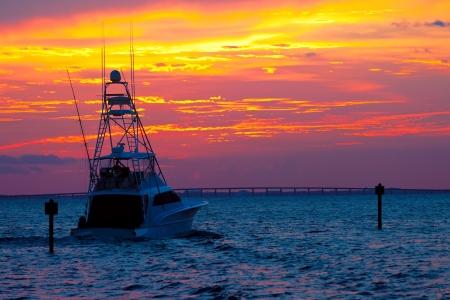 Grand bateau de pêche de sortir pour une croisière coucher de soleil à Destin, en Floride Banque d'images - 20981731