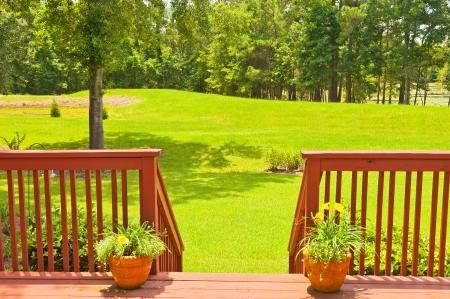 Grote residentiële houten achtertuin dek Stockfoto