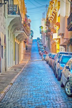 empedrado: Antiguo estrecha calle pavimentada de ladrillo en la antigua ciudad de San Juan, Puerto Rico HDR Procesamiento
