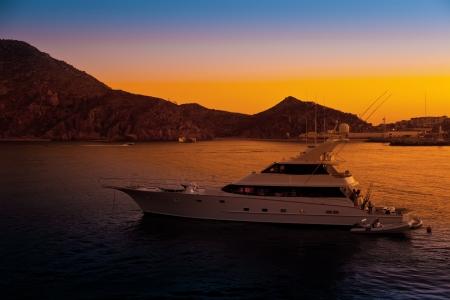 Yacht de luxe dans le port au coucher du soleil à Cabo San Lucas, au Mexique Banque d'images - 23193080