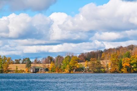 Un paysage d'automne sur un lac dans l'État de New York Banque d'images - 23193124