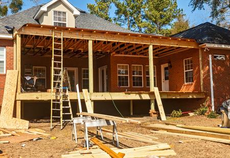 주거용 뒤뜰 갑판의 철거 및 재건축 스톡 콘텐츠 - 26022018