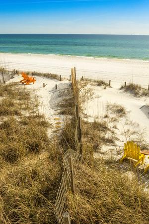 panama city beach: Coppia di sedie Adirondack impostati per vedere il Golfo del Messico a Panama City Beach, Stati Uniti d'America Archivio Fotografico