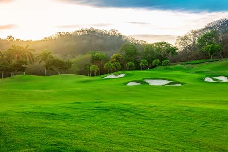 Paysage d'un beau terrain de golf tropicale au coucher du soleil Banque d'images - 27295109