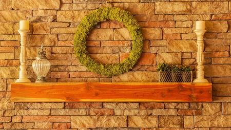 mantel: Cedar mensola di legno su un camino in pietra con decorazioni