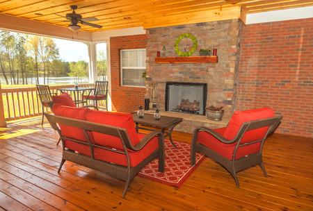 Projeté dans le jardin terrasse avec mobilier donnant sur le lac Banque d'images - 35297798