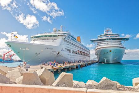 Philipsburg, St. Maarten - 16. Januar 2013: Kreuzfahrtschiffe an Dr. AC Wathey Pier auf der niederländischen Seite von St. Maarten angedockt. Passagiere wollen in die Stadt gehen werden dem kleineren Kapitän Hodge Pier in Philipsburg ausgeschrieben.