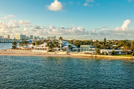 フォートローダーデール、フロリダ州の沿岸間の水路そして巡航の港 写真素材