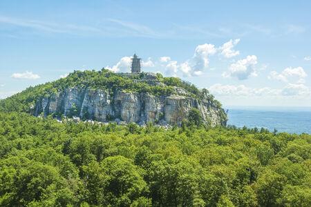 Skytop tour d'observation, se trouve au sommet de la montagne surplombant la Shawangunk vallée de l'Hudson et la ville de New Paltz, NY Banque d'images - 30156524