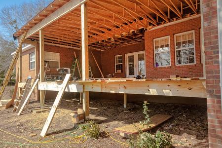 Construction d'un nouveau pont à la maison d'habitation Banque d'images - 31006543
