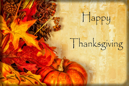 A Happy Thanksgiving card, with autumn decorations and text Imagens - 33828471