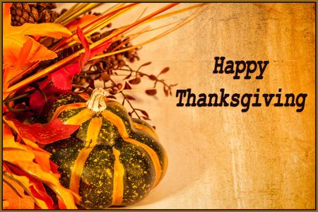 Une carte Happy Thanksgiving, avec des décorations d'automne et le texte Banque d'images - 33981287