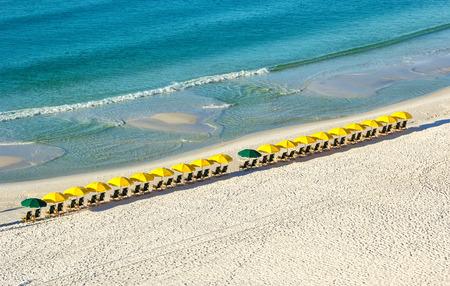 Rangée de parasols sur la plage de Miramar à Destin, en Floride Banque d'images - 35319764
