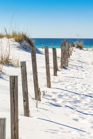 Dune de sable et vieille clôture le long d'une plage de Destin, en Floride Banque d'images - 35406707