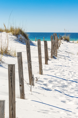 Sand dune and old fence along a beach in Destin, Florida Stockfoto