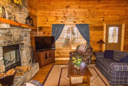 Intérieur de Log Cabin, avec cheminée en pierre et un coin salon Banque d'images - 35933648