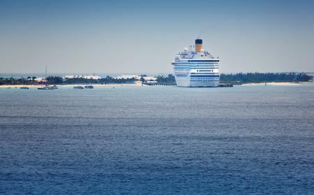 turks: Gran Turca, Islas Turcas y Caicos - 12 de febrero 2010: El Costa Fortuna, anclado en las Islas Turcas y Caicos, es propiedad de Carnival Cruise Lines, pero operados por Costa Crociere, una l�nea de cruceros italiana.