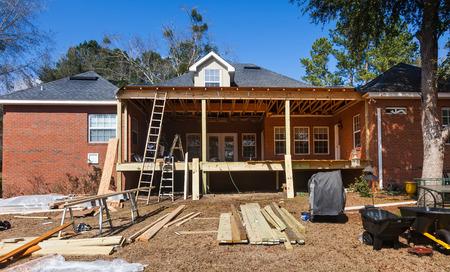 convés: Construção em casa residencial, deck de volta sendo recontructed e reparado