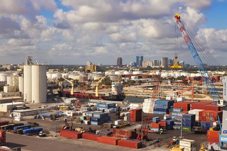 Ft. Lauderdale, FL - 12 janvier 2013: Port Everglades en Floride du Sud, avec la ville de Ft. Lauderdale dans la distance. Port Everglades est le port le plus diversifié et les ports les plus actifs de fret conteneurisé aux États-Unis. Banque d'images - 45083873
