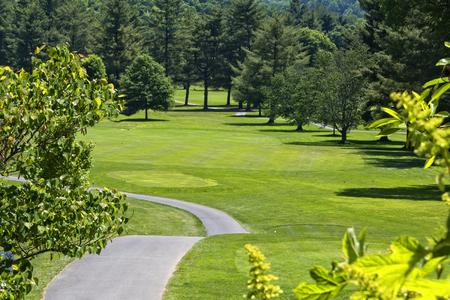西部のノースカロライナのゴルフ場でのフェアウェイの長いストレッチ