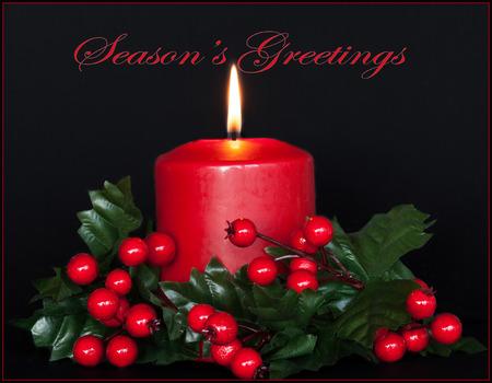Seasons Greetings-kaart met rode kaars en hulsttakken.