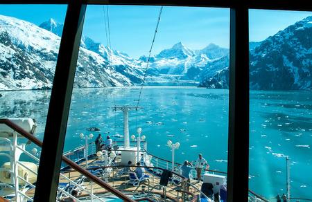 Glacier Bay, Alaska - 1 de junio de 2009: Visión a través de una ventana de crucero de un glaciar en el Glacier Bay. Los pasajeros disfrutar de la vista panorámica antes de la salida del crucero. Editorial