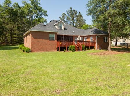 Terug van woonhuis met houten dek en landschapsarchitectuur Stockfoto