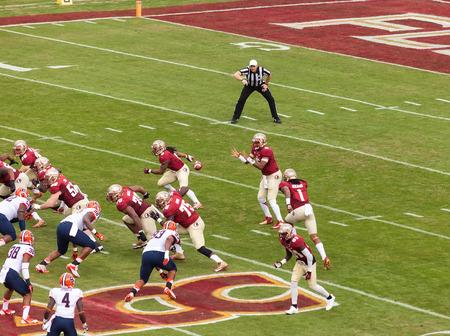 delito: Tallahassee, FL - Nov. 16, 2013: El quarterback FSU, Jameis Winston, se prepara para hacer una obra de teatro con la ofensiva durante el partido de f�tbol contra la Universidad de Syracuse.