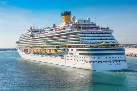 ローマ, イタリア - 6 月 10,2016: ローマ、イタリアの港からの出発のためのデッキのコスタ ガンガゼ クルーズ船の乗客を収集します。
