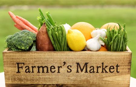 Variedad de productos frescos en caja de madera Farmer's Market.