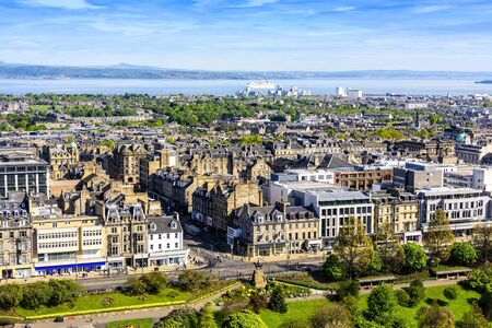 View of the city of Edinburgh and the Firth of Forth waterway, taken from the Edinburgh Castle. Imagens