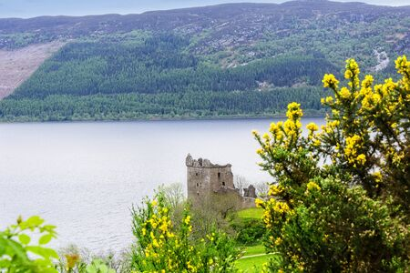 View of the urquhart Castle on the Loch Ness River in Scotland Imagens
