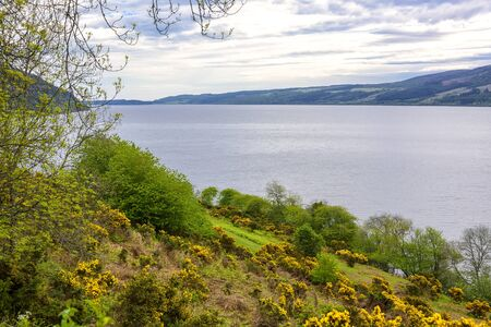 The coastline of the Loch Ness River in Scotland. Imagens