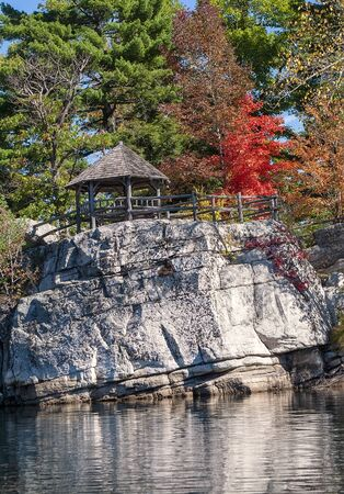 Gazebo sits on top of a cliff with autumn colors Imagens