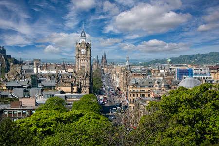 Edinburgh, Scotland - May 13, 2019:  Aerial view of Princes Street,  one of the major thoroughfares in the city of Edinburgh. Redactioneel