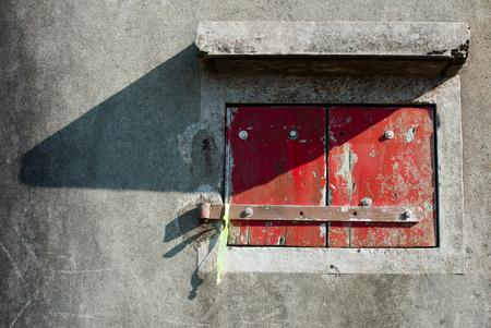 window shade: Ventana de madera roja con sombra, Lantau, Hong Kong, China Foto de archivo