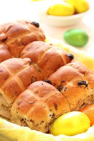 hot cross buns in basket