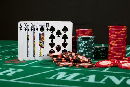 jeu de cartes: Jeu de cartes de casino montrant des puces sur fond de toile verte Banque d'images