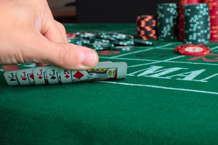 jeu de cartes: Jeu de cartes de casino montrant des puces sur fond de toile verte �ditoriale