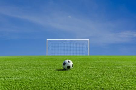 patada: Bal?n de f?tbol en el campo verde