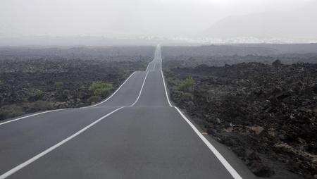 endlos: Lanzarote, Kanarische Inseln, Straßen durch Lavafelder (aus nationalen Vulkanpark zu Yaiza) Lizenzfreie Bilder