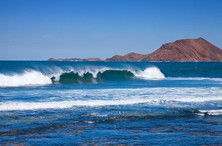 ruche: breaking wave, Northern Fuerteventura, Isla de Lobos in the background