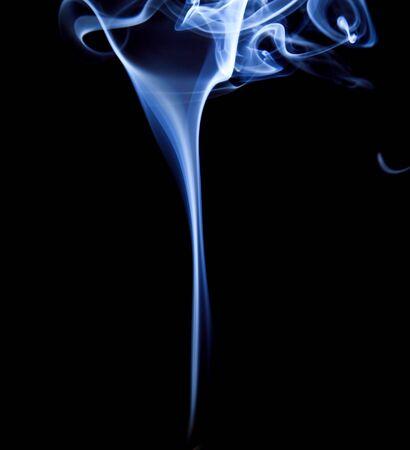 wisp: sliert van rook geïsoleerd op zwart