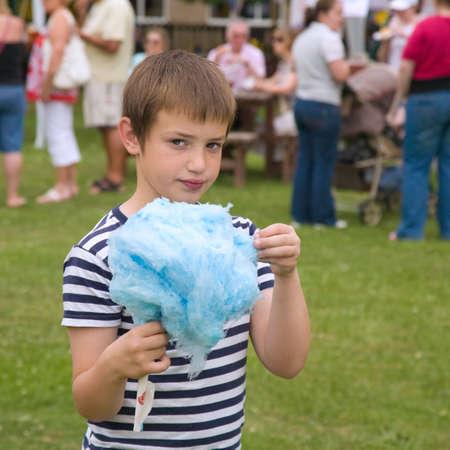 niedlichen kleinen Jungen mit riesigen blauen Zuckerwatte
