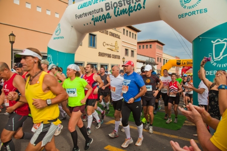 CORRALEJO - NOVEMBER 03: Runners start the race at Fourth international Fuerteventura half-marathon 03 November, 2012 in Corralejo, Fuerteventura, Spain Stock Photo - 16224661