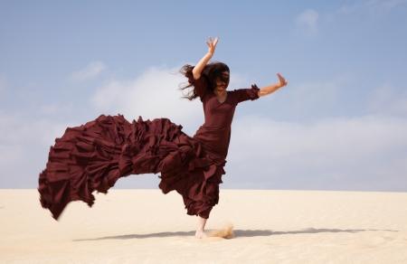 flamenco dancer: Bailar�n del flamenco en el vestido largo en las dunas Foto de archivo