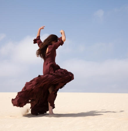 flamenca bailarina: Bailar�n del flamenco en el vestido largo en las dunas Foto de archivo